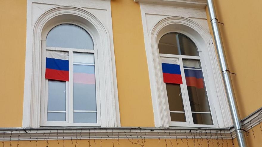 https://sarinform.ru/assets/images/resources/195005/big/flag-rossii-v-okne-patriotizm-rossiya.jpg