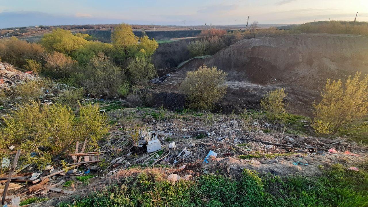 В Саратовской области жители превращают в свалку мемориал, где захоронено больше двух тысяч красноармейцев